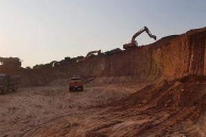 Khai thác đất trái phép bên bờ sông Lục Nam