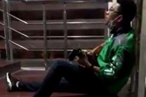 Tài xế GrabBike bị bồ đá ngồi đàn hát một mình khiến dân mang thích thú