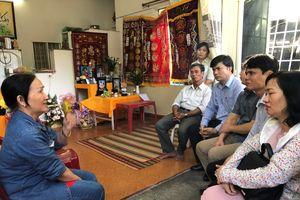 Đoàn công tác Bộ GD&ĐT thăm hỏi chia sẻ gia đình có giáo viên, học sinh mất trong vụ sạt lở đất tại Nha Trang