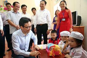 Phó Thủ tướng Vũ Đức Đam chia vui cùng thầy trò vùng đất học Hà Tĩnh