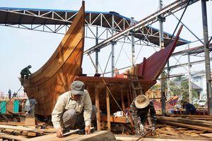 Thăm làng nghề đóng tàu cá trăm năm tuổi