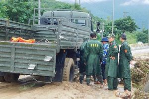 Dùng tay bới đất đá tìm người mất tích sau sạt lở đất Khánh Hòa