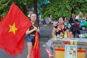 Cổ động viên Sài Gòn 'nhuộm đỏ' phố trước giờ bóng lăn