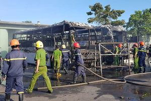 Hai xe khách bốc cháy trơ khung tại bến xe Đà Nẵng