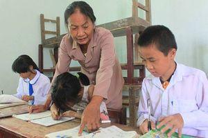 Nữ giáo viên về hưu dạy học miễn phí cho học sinh nghèo, khuyết tật vùng biển