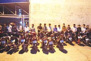 Cảnh sát mật phục bắt 40 thanh niên tụ tập cổ vũ, đua xe ở miền Tây