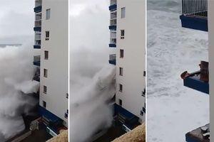 Rợn người cảnh sóng cao hơn 12m đánh sập ban công khu căn hộ