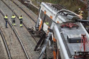 Tàu trật bánh gần Barcelona, hành khách mắc kẹt trong những toa tàu đổ