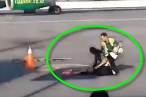 Nữ hành khách lăn ra đất ăn vạ vì lỡ chuyến bay