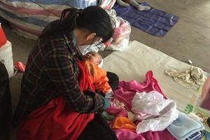 Theo chân người mẹ cho con ngủ vỉa hè để nhặt rác mua sữa và chứng kiến sự thật xót xa