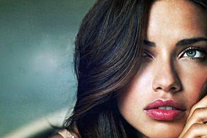 'Chị đại' Adriana Lima bật khóc giã biệt Victoria's Secret Fashion Show