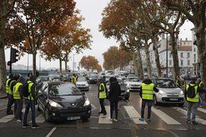 Biểu tình lớn phản đối tăng thuế nhiên liệu tại Pháp
