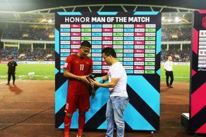 Honor trao giải người hùng trận đấu cho cầu thủ Nguyễn Anh Đức