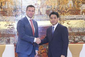 Chủ tịch UBND TP Hà Nội tiếp Phó Thủ hiến, Bộ trưởng Bộ kinh tế, Lao động và Vận tải bang Sachsen (Đức)