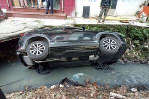 Nữ tài xế điều khiển xe Mazda CX5 bất ngờ bị mất lái lao xuống mương nước
