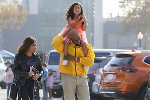 Ông xã Kim Kardashian vui vẻ kiệu con gái cưng trên vai dạo phố