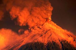 Kinh hoàng cảnh núi lửa ở Guatemala phun trào đỏ rực