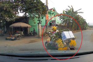 Nữ 'ninja' báo rẽ phải nhưng lại rẽ trái trước đầu ô tô khiến tài xế phanh dúi dụi