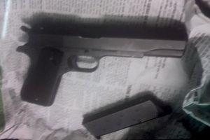 Thanh niên bịt mặt, mang súng xông vào Quỹ tín dụng cướp tiền