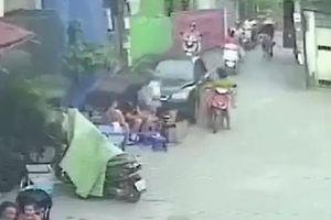 Clip 'xe điên' lao vào quán nước tông nhiều người trọng thương ở Hà Nội