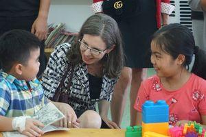 Đại sứ Canada thăm và tặng quà cho các em nhỏ tại Bệnh viện Nhi TW
