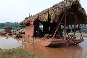 Sông Hồng nát bươm bởi những tàu cuốc khổng lồ ngày đêm móc ruột