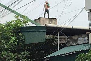 Bố bế con hơn 1 tuổi leo lên nóc nhà 3 tầng nhảy múa rồi bất ngờ ném xuống