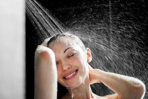 Tắm nước nóng giúp giảm viêm và cải thiện trao đổi chất