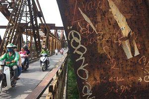 Nhức nhối tình trạng vẽ bẩn lên di tích, điểm tham quan ở Hà Nội