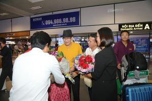 Fan đón Tuấn Vũ tại sân bay, đề nghị mổ trâu thiết đãi nam ca sĩ