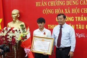 Trao tặng Huân chương dũng cảm của Chủ tịch nước cho ngư dân Quảng Ngãi