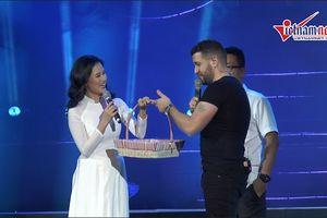 Khán giả Việt bất ngờ tặng bánh chưng, bánh dày cho Shayne Ward