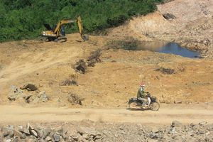 Quảng Bình: Người dân 'lách luật' vô tư xúc cả ngàn mét khối đất đá đem bán