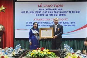 Trao tặng Huân chương Hữu nghị cho Giám đốc WHO khu vực Tây Thái Bình Dương