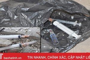 Hãi hùng bơm kim tiêm 'lạc trôi' trong dãy nhà hoang ở TP Hà Tĩnh