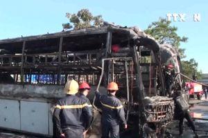 Xe khách đột nhiên bùng cháy, kéo theo 2 ô tô bị thiêu rụi