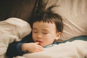 Trẻ 7 tuổi không còn khó ngủ nếu cha mẹ kiên trì thực hiện 4 bước này mỗi ngày