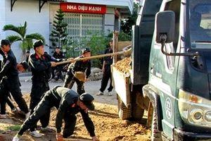 Cảnh sát cơ động giúp dân khắc phục hậu quả thiên tai ở Nha Trang