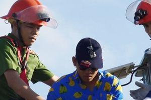 'Siêu nhân' leo lên đỉnh tháp cầu Thuận Phước chơi trò mạo hiểm