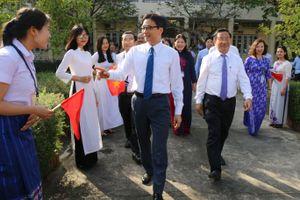 Phó thủ tướng Vũ Đức Đam dự Lễ kỷ niệm ngày Nhà giáo Việt Nam tại Trường Đại học Hà Tĩnh
