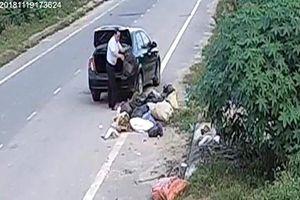 Người đàn ông lái ôtô vứt rác trên đường là nguyên cán bộ huyện