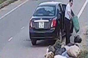 Phạt tiền nguyên cán bộ phòng LĐTB&XH vì đổ rác ra đường