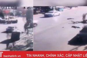 Lao xe trước trường tiểu học Trung Quốc, 23 người thương vong