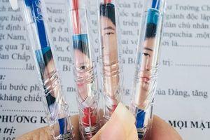 'Cười đau ruột' với cảnh học sinh nghèo đến độ cái bút bi cũng phải nhét ảnh thẻ vào để tránh bị 'lạc chủ'