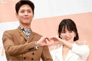 Bỏ Song Joong Ki ở nhà, Song Hye Kyo rạng rỡ sánh vai cùng 'tình mới' Park Bo Gum