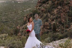 Cô dâu chụp bộ ảnh cưới với chú rể đã khuất
