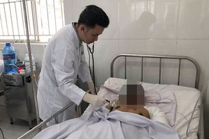 Vợ lái xe bồn vụ cháy ở Bình Phước cầu nguyện ngoài phòng bệnh