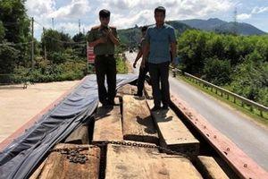 Phát hiện hơn 60m3 gỗ lậu trên hai xe ô tô gắn biển số giả