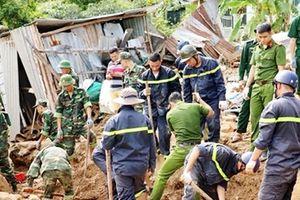 Xúc động hình ảnh Công an cứu giúp người dân vùng thiên tai ở Nha Trang
