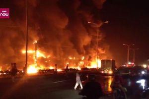 Video toàn cảnh xe bồn chở xăng cháy như núi lửa phun ở Bình Phước